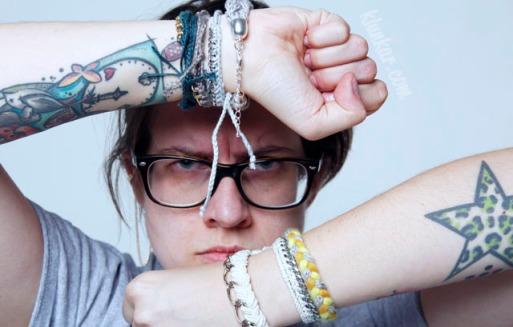Designerin Sim und ihre Armbänder.